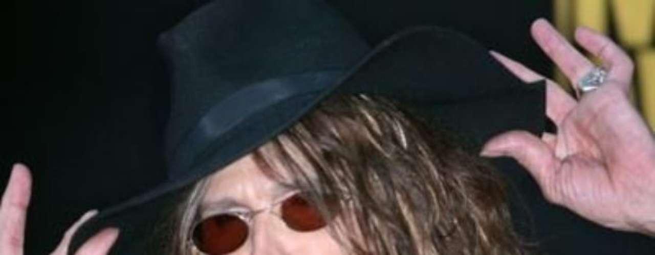 Steven Tyler se lesionó la cabeza, los hombros y el cuello, luego de caer aparatosamente de la tarima en medio de un show con su banda Aerosmith.