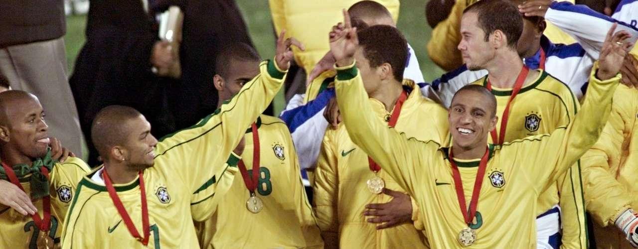 Roberto Carlos como jugador de Brasil es el segundo jugador con más partidos en la selección (125), sólo es superado por Cafú que tiene 142. Roberto Carlos con Brasil, ganó la Copa América en dos ocasiones, en Bolivia 1997 y Paraguay 1999.