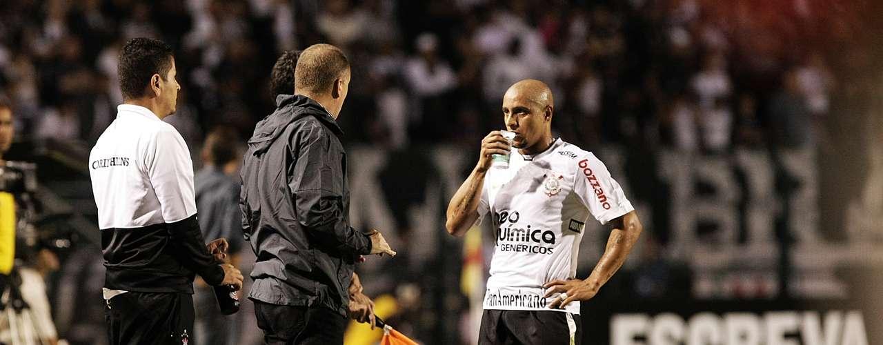 Tras la eliminación de Corinthians de la Copa Libertadores frente al Deportes Tolima de Colombia en febrero de 2011, Roberto Carlos recibió sucesivas amenazas de muerte y se desvinculó de su club.