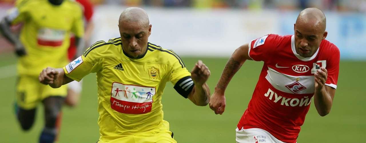 Roberto Carlos regresa a Europa en el 2011 al firmar con el Anzhi Majachkalá de Rusia. Juega 28 partidos y mete cinco goles.
