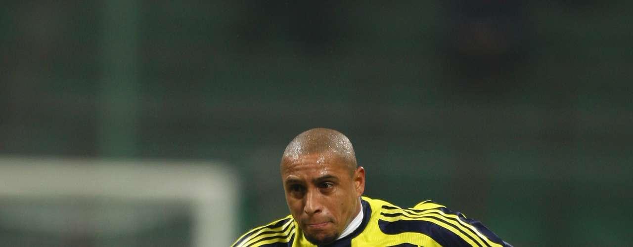 Roberto Carlos con Fenerbache de Turquía logró dos Supercopas Turcas en 2006 y 2009. Jugó 103 partidos y metió 10 goles.