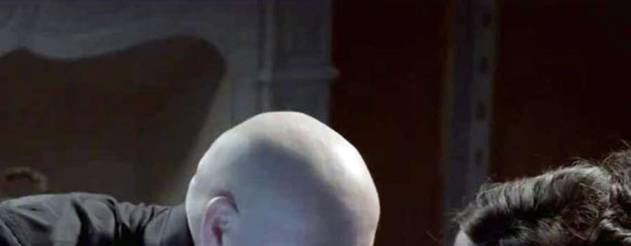 El rapero también se da un festín con las curvas de infarto de una de las espectaculares modelos que parecen en el video.