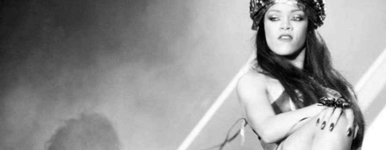 Rihanna compartió, mediante su cuenta oficial en Facebook, imágenes de cómo prendió el ambiente, vestida como una sexy y moderna Cleopatra, en unos conciertos de verano que realizó en Suecia y Noruega.