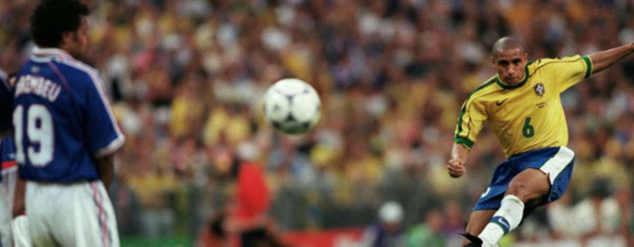 Roberto Carlos era especialista en los tiros libres y en un torneo previo al mundial de Francia hizo un golazo, en donde el balón hizo una comba impresionante.