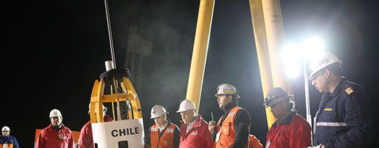 El 12 de octubre de 2010 comenzaron las maniobras de rescate. La cápsula ingresó en una primera oportunidad a modo de prueba