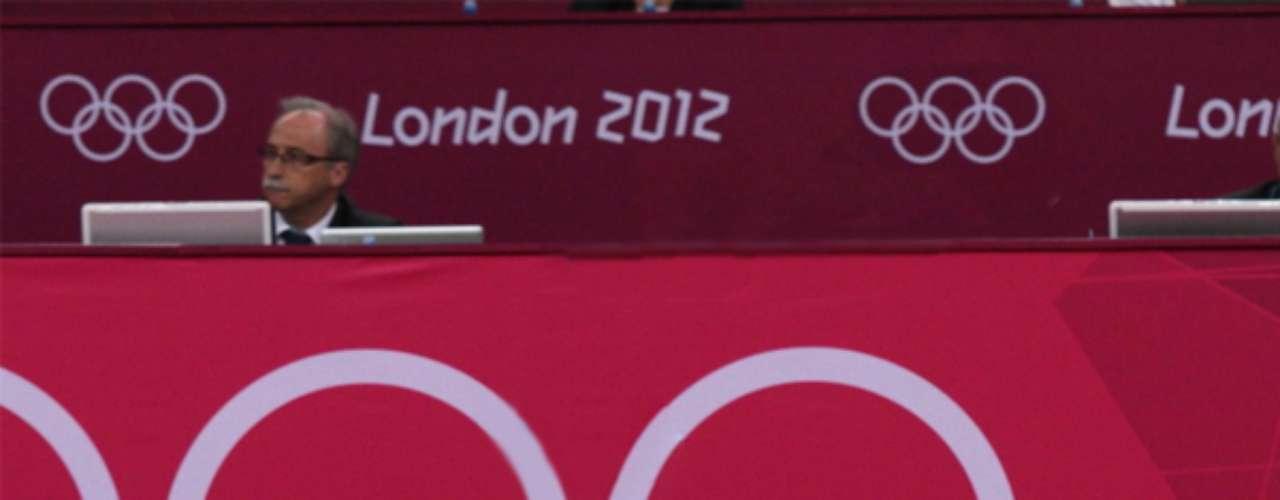 El monarca en su rutina de piso en gimnasia.