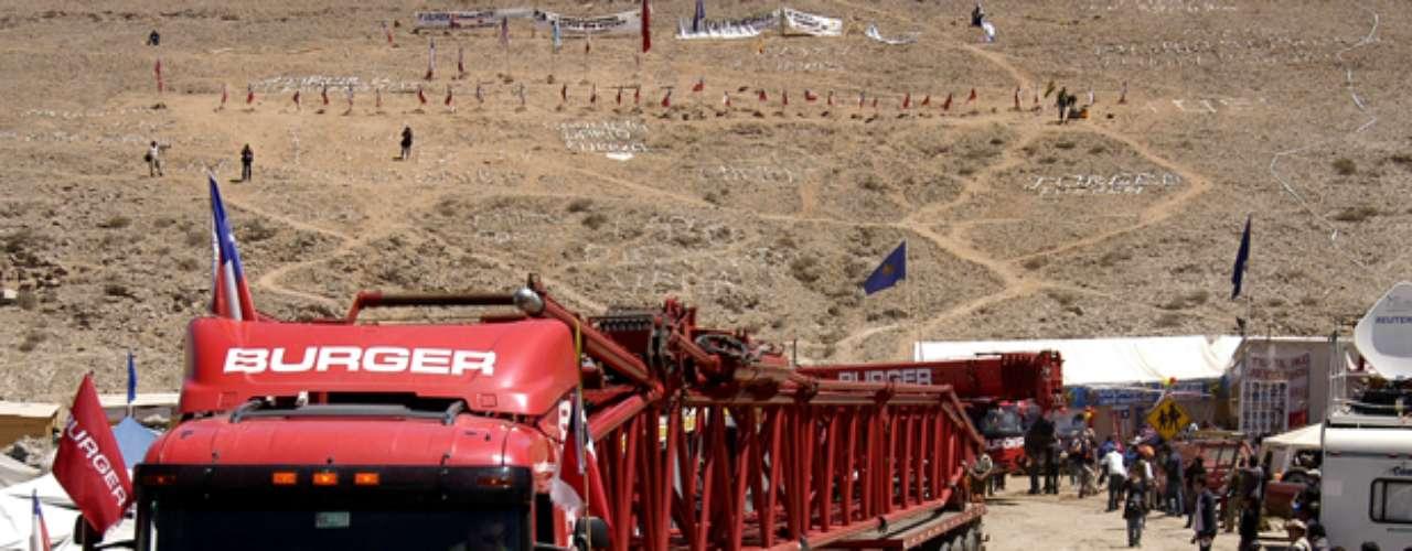 La maquinaria que fue instalada sobre el pozo por donde se realizó el rescate recibió la bienvenida de todos los familiares. La gigantesca estructura fue trasladada en varios camiones escoltados por carabineros.