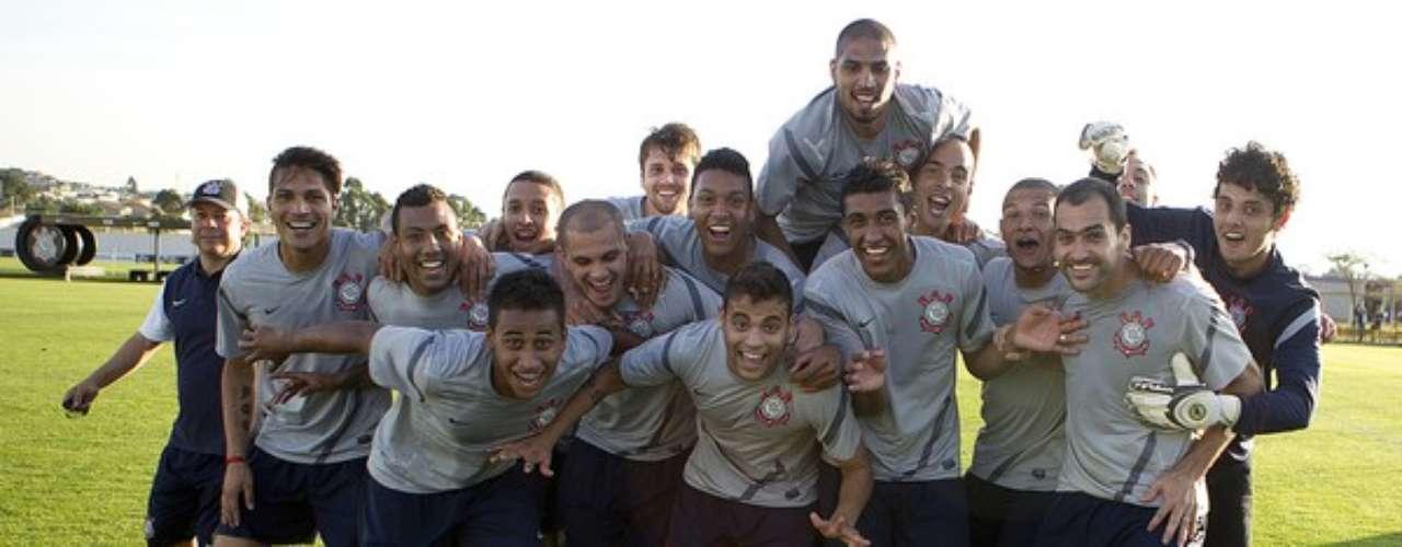 Los peruanos Paolo Guerrero y Luis Ramírez se divierten y se preparan para el choque que el Corinthians tiene este fin de semana ante Vasco da Gama