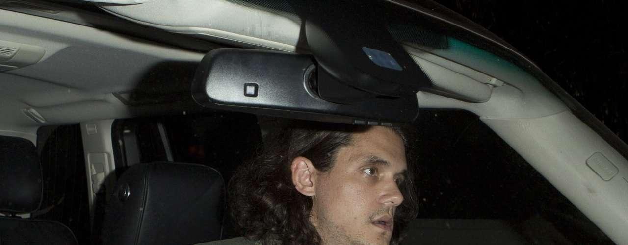 El cantante y compositor John Mayer se mostró sorprendido y quiso acelerar el paso de su vehículo de la mirada de los paparazzi.
