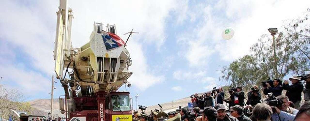 La perforadora Schramm T-130 abandonó la mina San José entre aplausos.