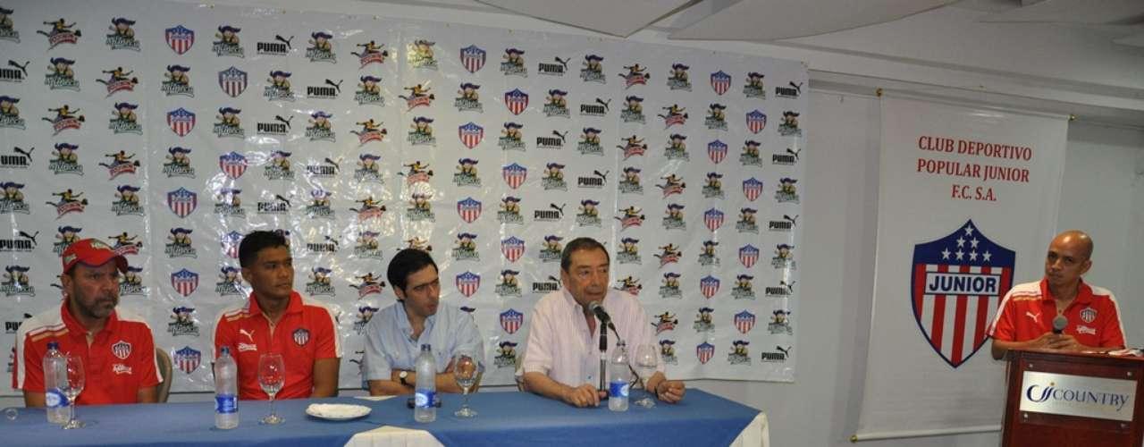 El momento en el que Omar Barros, jefe de prensa de Junior de Barranquilla, inicia la presentación de Teo como jugador rojiblanco.