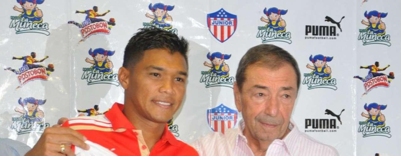 Fuad Char, máximo accionista del Junior de Barranquilla, presenta a su refuerzo, Teófilo Gutiérrez.