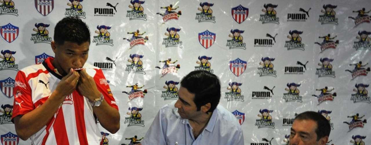 Teófilo Gutiérrez besa la camiseta del club de sus amores, Junior de Barranquilla, equipo que lo ha contratado por seis meses.