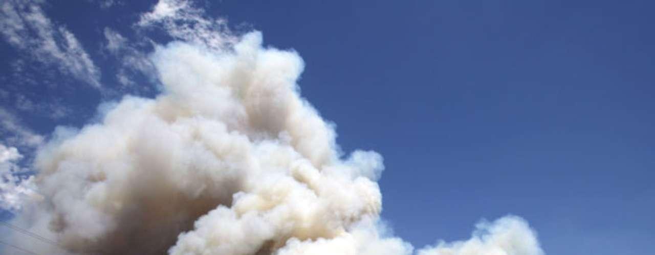 El humo y las llamas obligaron el cierre de algunos tramos en la carretera interestatal 44 que es la principal vía entre Oklahoma City y Tulsa y de dos autopistas estatales. La I-44 fue reabierta en las últimas horas del viernes.