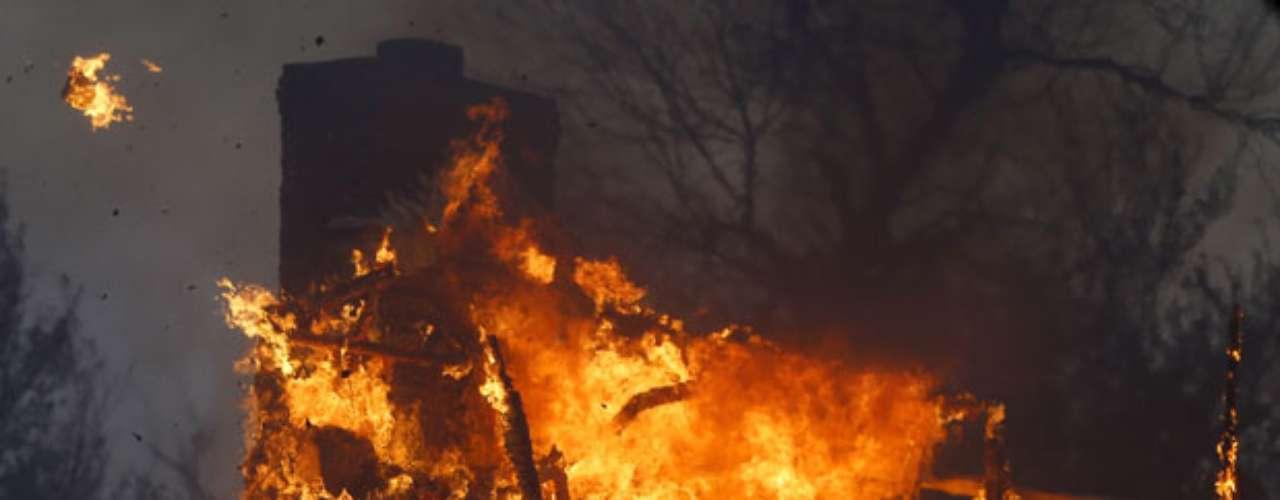 La Policía indagaba las versiones de que alguien en una camioneta de carga fue visto cuando arrojaba papel periódico encendido hacia el bosque.