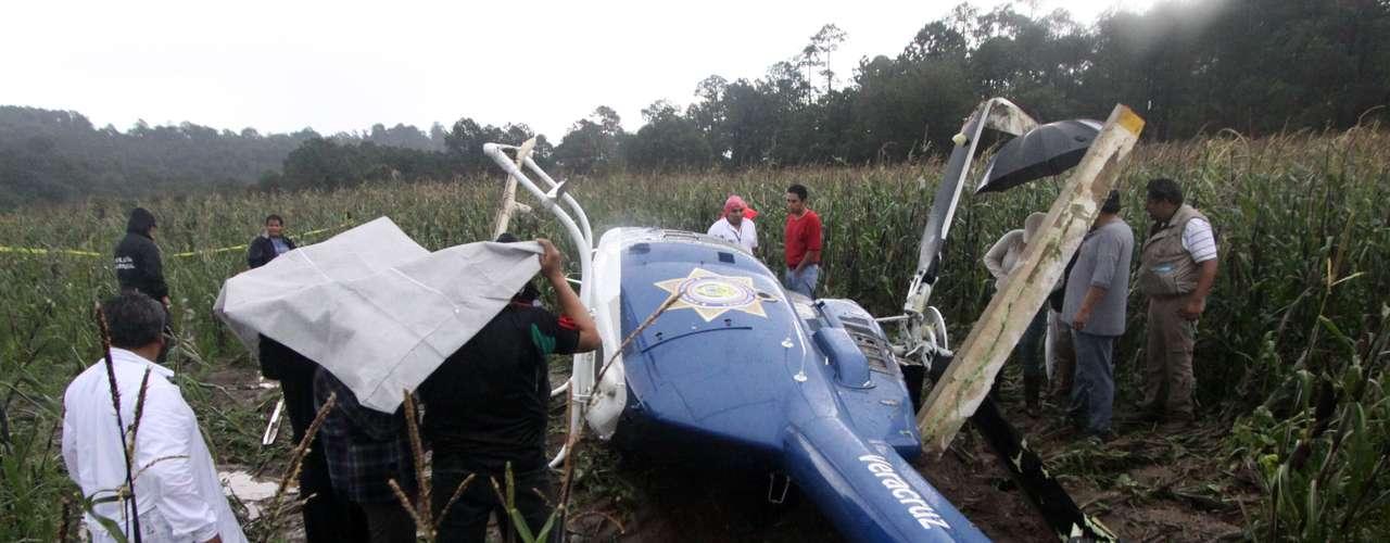 El helicóptero en el que viajaba el Secretario de Seguridad Pública de Veracruz, Arturo Bermúdez Zurita, con otros funcionarios aterrizó de emergencia en unos campos de cultivo gracias a la pericia del piloto y sin que se registrara algun deceso.