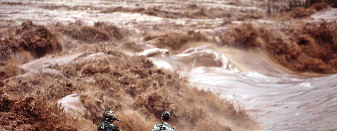 El vocero del gobierno Amit Chandola dijo que al menos cinco personas están desaparecidas después que los torrentes que comenzaron el jueves desencadenaron deslizamientos de tierra e inundaciones súbitas en el estado de Uttarakhand.