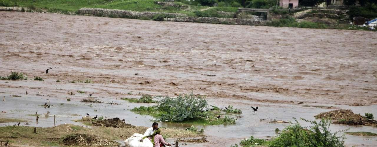 Chandola agregó que los soldados ayudaron a rescatar a cientos de personas aisladas en áreas del distrito de Chamoli.