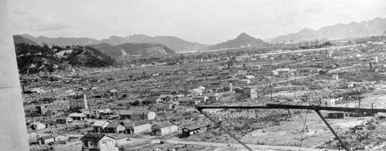 Tres años después de la explosión, los japoneses tratan de reconstruir Hiroshima en 1948, Japón. Un bombardero norteamericano B-29 denominado \