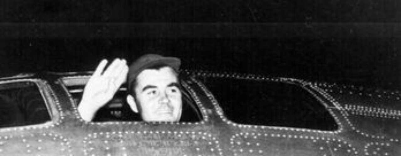 El piloto Paul W. Tibbets, entonces de 30 años, saluda antes del despegue de los Enola Gay, misión que devastó la ciudad de Hiroshima.
