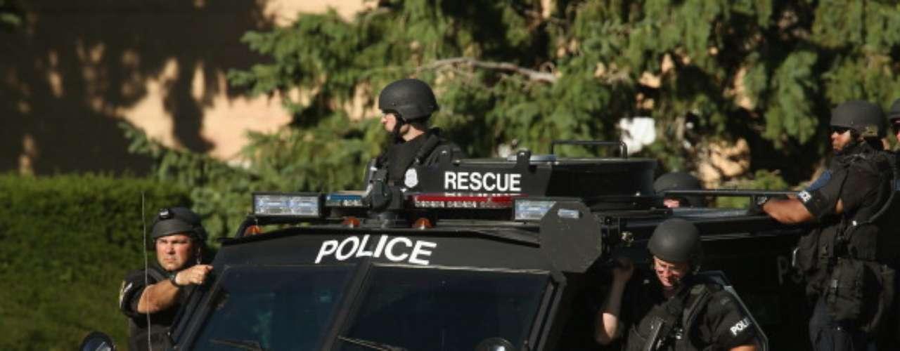 Se hallaron cuatro muertos dentro del recinto y otras tres afuera, incluido el presunto agresor. Otras dos personas, además del oficial, resultaron heridas, indicó Edwards.El presidente Barack Obama dijo que él y la primera dama Michelle Obama estaban \