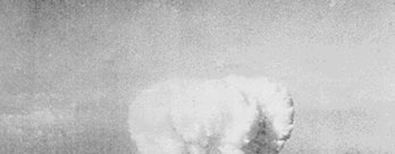 La imagen muestra una enorme columna de humo que se eleva sobre Hiroshima después del lanzamiento de la primera bomba atómica en el 06 de agosto 1945.