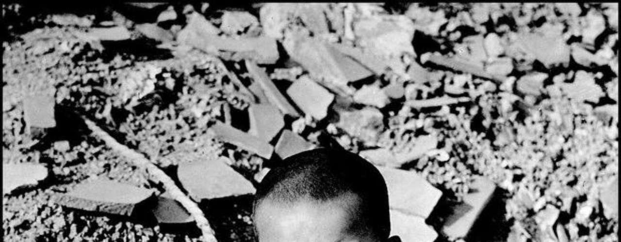 Un niño llora después de perder a la familia en Hiroshima en octubre de 1946.