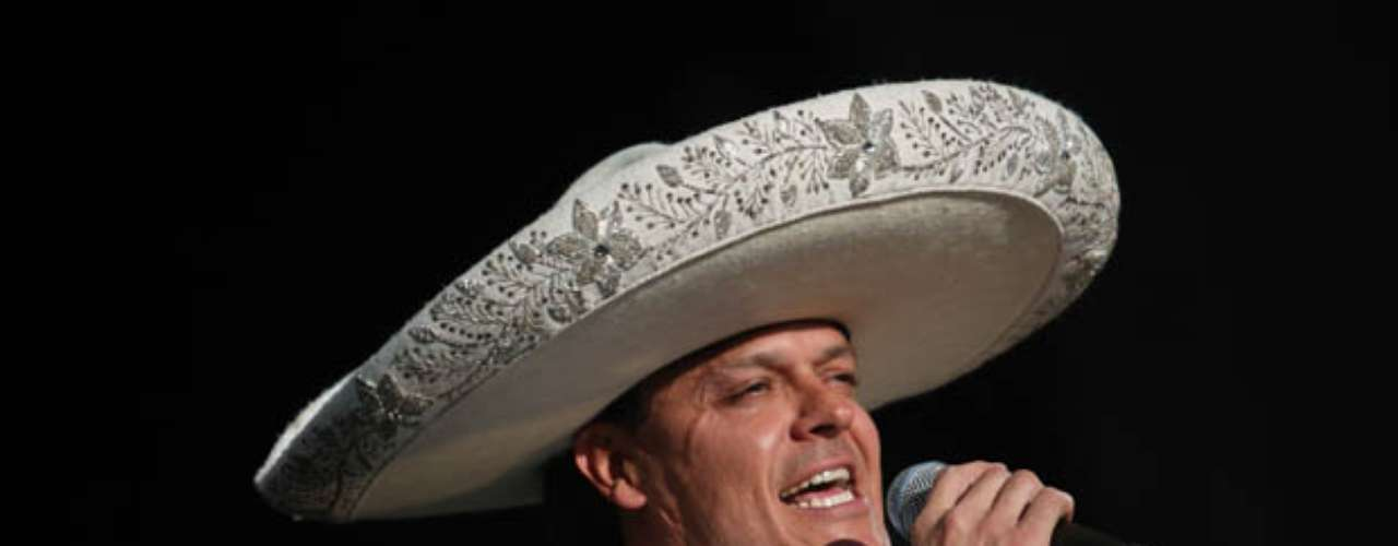Fernández, con su emblemático traje de charro, rindió pleitesía a la patrona de los mexicanos.
