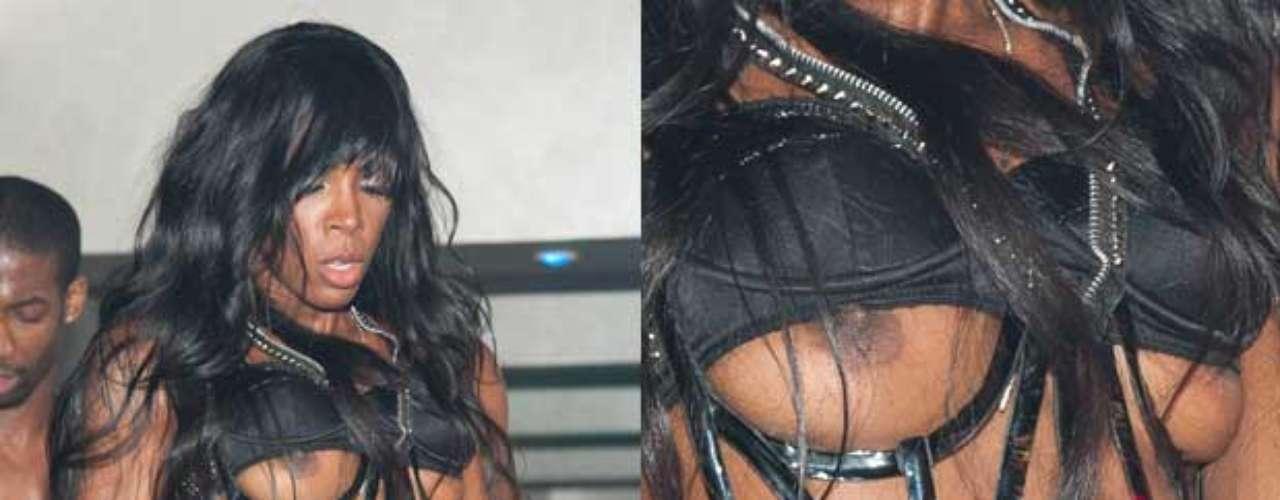 La cantante Kelly Rowland movió demasiado su esqueleto en uno de sus conciertos...
