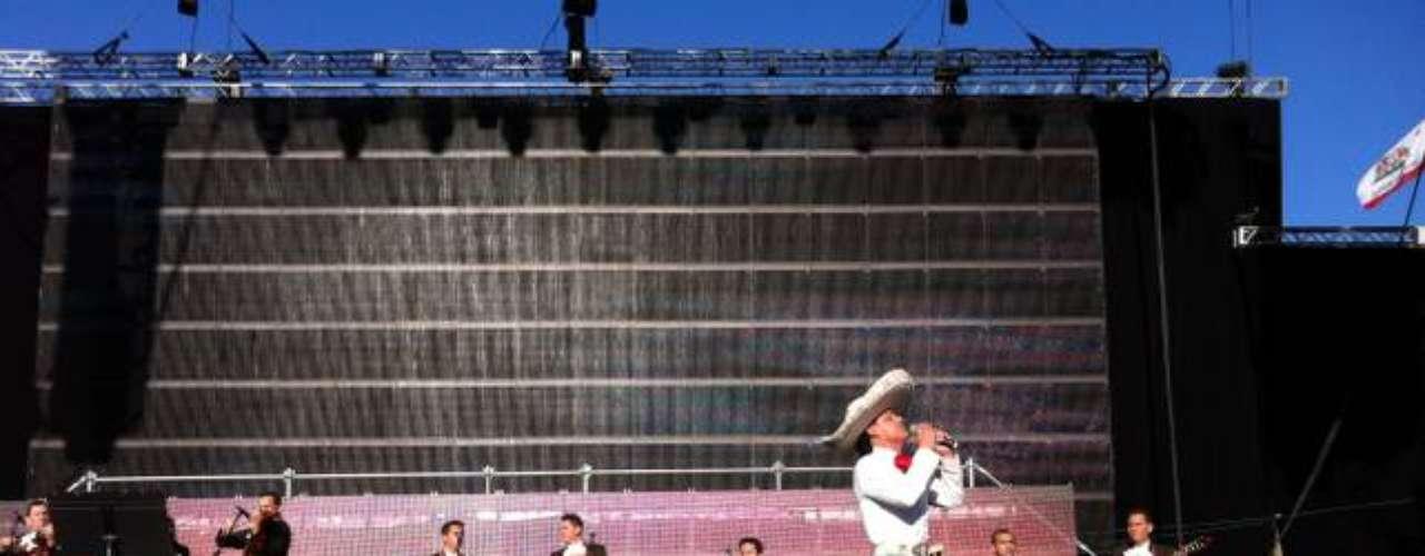 El arttista cantó sus mejores éxitos, acompañado por mariachis.