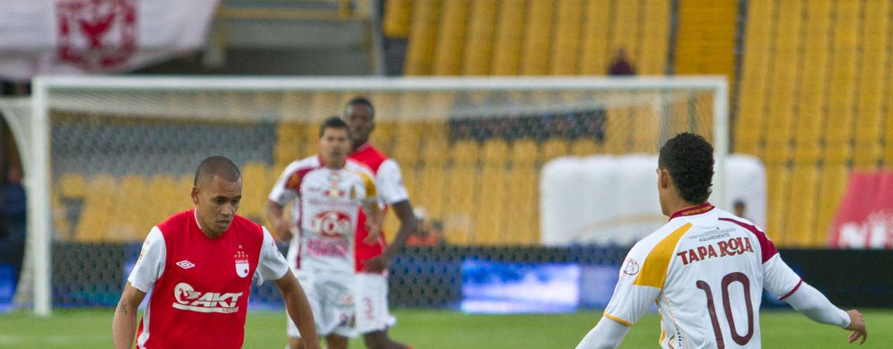 El equipo local fue el que inició manejando el balón, pero fue el Tolima el que anotó primero con gol de Felix Noguera.