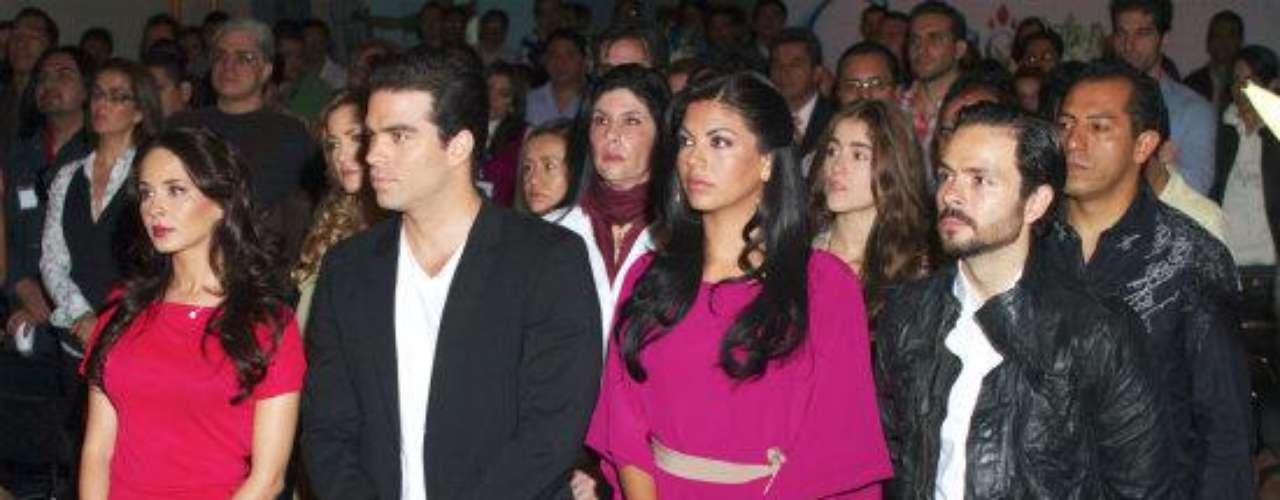 Es costumbre en Televisa que el elenco completo se reúna para pedir por el éxito de cada proyecto.Síguenos en  TwitterAmores de novela convertidos en realidad'El Rostro De La Venganza', ¿quién es quién?Lluvia de bombones en estreno de 'El Rostro De La Venganza'