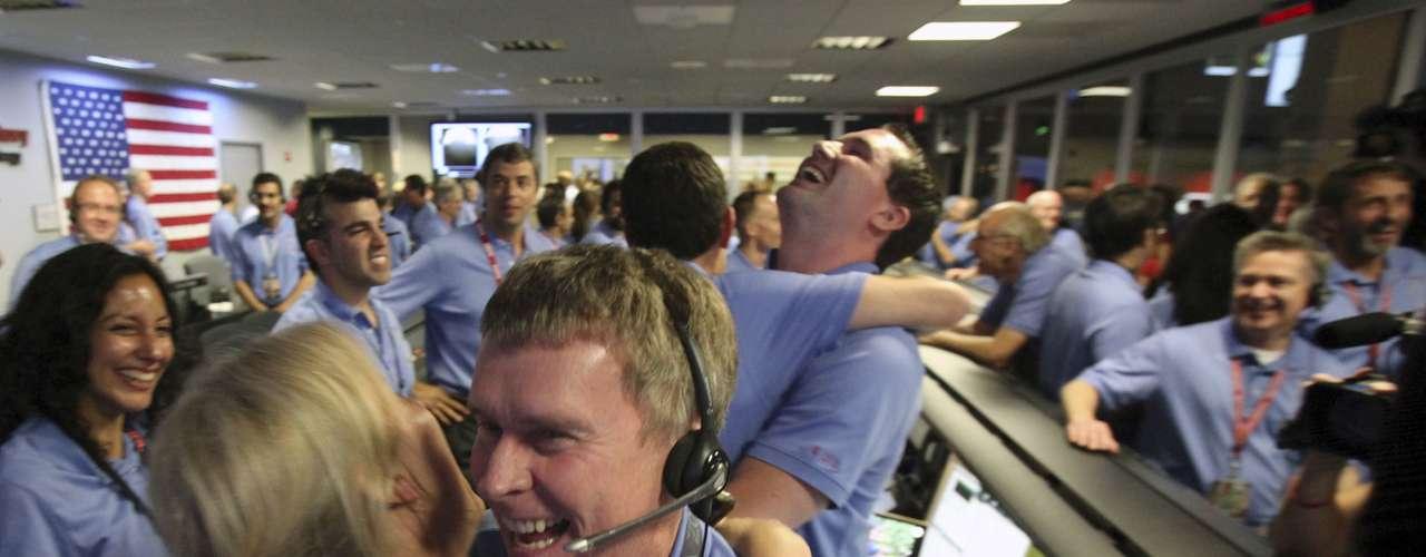 En la madrugada del 6 de agosto, Curiosity amartizó con éxito. El planeta rojo es visitado otra vez por un astromóvil enviado desde la Tierra. Durante la trasmisión en vivo de la llegada de la misión espacial, las redes sociales estuvieron muy activas, pero no solo debido a la importancia histórica de este evento. El look de uno de los expertos de la NASA llamó la atención.
