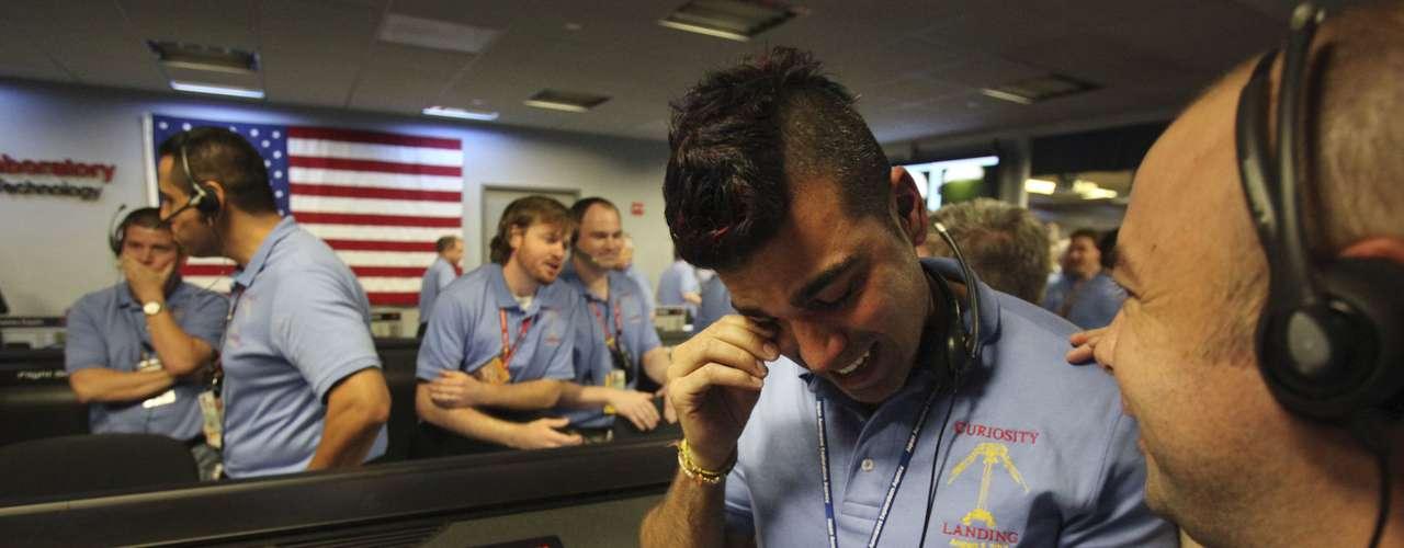Ferdowsi tenía 200 seguidores en el Twitter antes de la trasmisión de la llegada de Curiosity a Marte, ahora cuenta con más de 16 mil. Aquí se le ve llorando cuando la misión llegó con éxito al planeta rojo. Él ha trabajado 9 años en el proyecto.