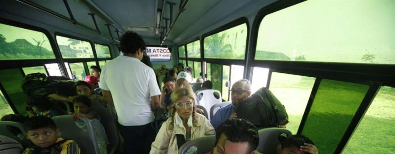 Soldados y policías trasladaron a 600 habitantes del pueblo pesquero de Punta Allen en el estado mexicano de Quintana Roo, donde las autoridades abrieron refugios de emergencia y comenzaron a preparar la evacuación de otras poblaciones costeras.