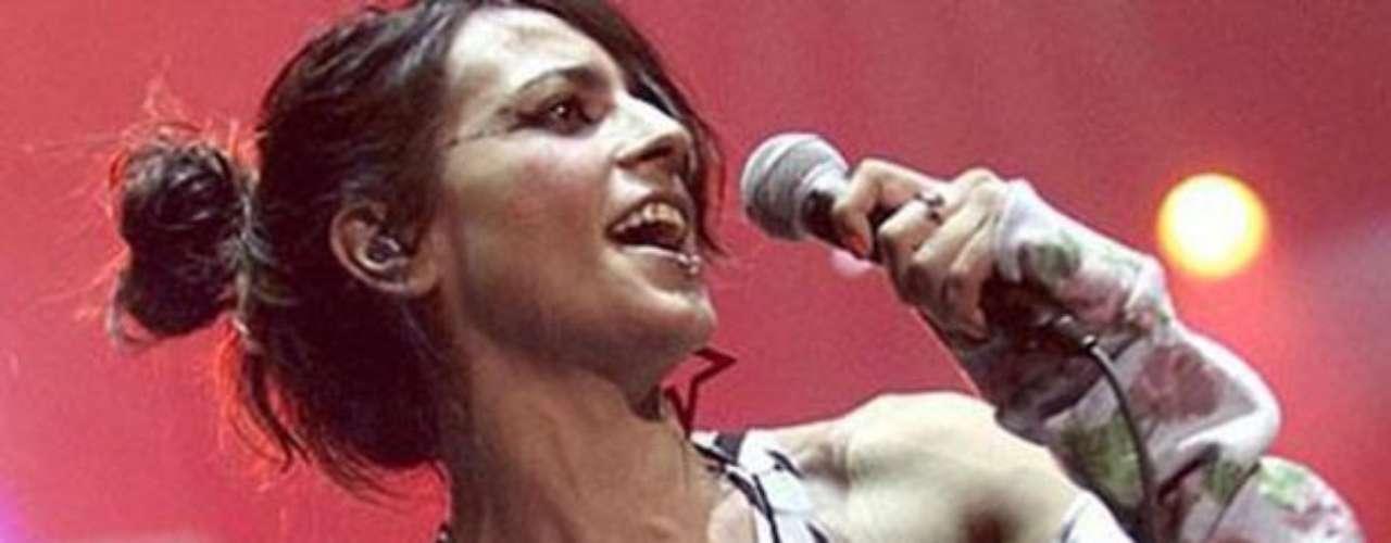 Bebe fue capturada con un pezón al aire en el Festival Actual.