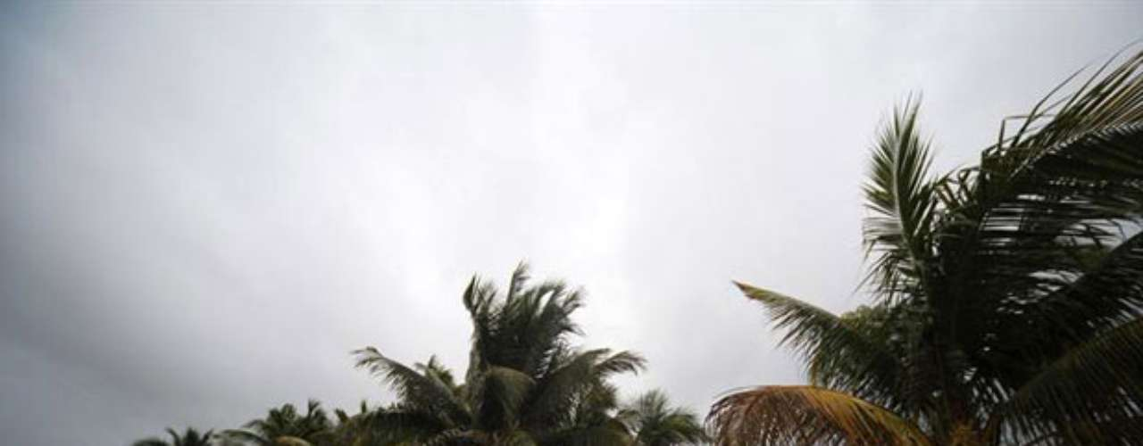 Ernesto se debilitó este miércoles a tormenta tropical a su paso por la península de Yucatán, luego de ingresar a tierra horas antes como huracán categoría uno.