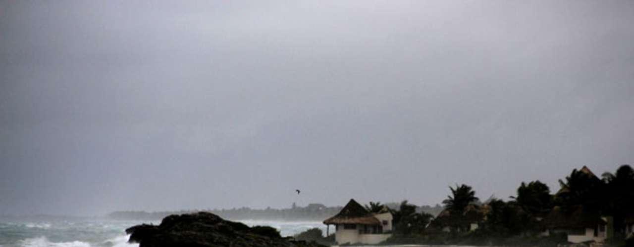 Los vientos máximos sostenidos de Ernesto decrecieron a 110 kilómetros por hora (70 mph) y se esperaba más debilitamiento a medida en que prosiga su desplazamiento en tierra.