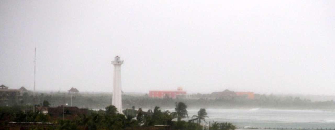 Pero el Centro Nacional de Huracanes de Estados Unidos advirtió que Ernesto pudiera recuperar fuerza de huracán una vez su centro llegue a la Bahía e Campeche.