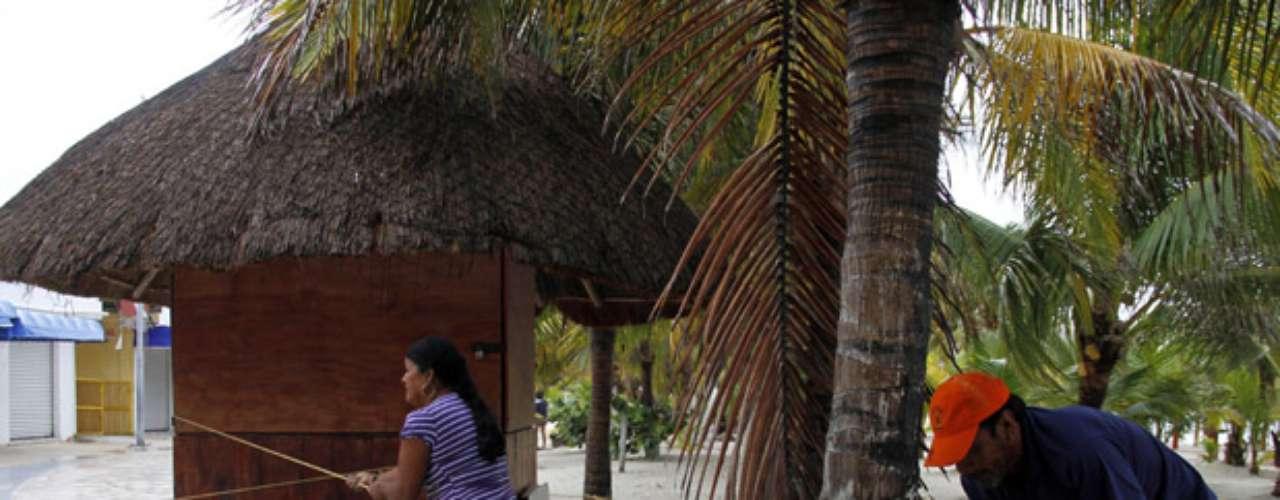 Luana Antonicelli, turista australiana de 23 años, dijo que ella y su hermano de 20 años abandonaron su cabaña rodeada de jungla tropical en la costa y decidieron pasar la noche en el hotel Tulum. El lugar es de un nivel y tiene 20 habitaciones a unos tres kilómetros (dos millas) tierra adentro. \