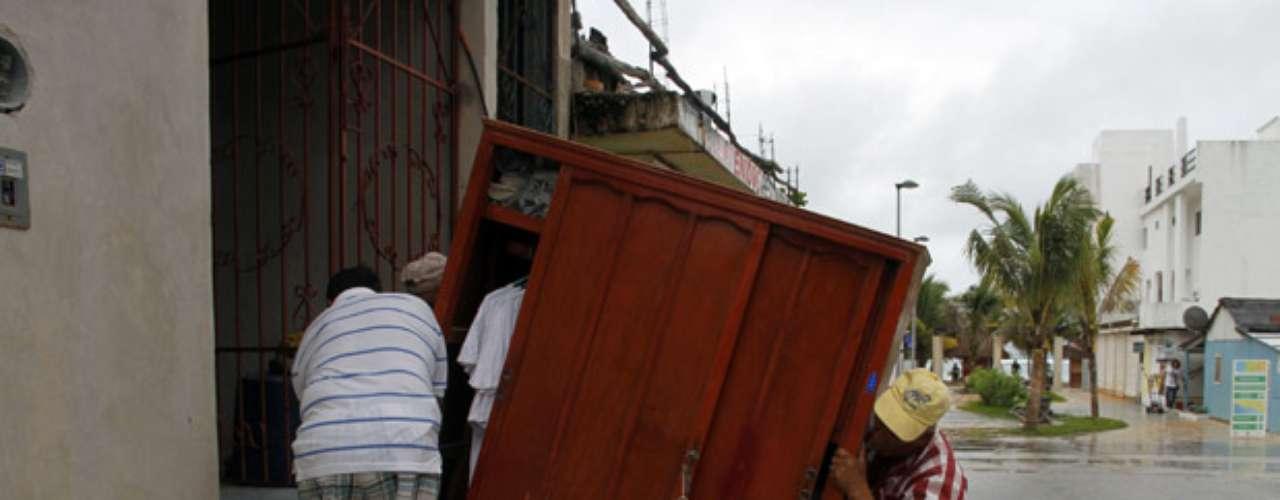 Las autoridades del estado mexicano de Quintana Roo trasladaron a más de 1.300 turistas de balnearios en Mahuahal, Balacar y otros lugares hacia Chetumal, que se ubica en una bahía y según los pronósticos registraría menos lluvias y vientos que la costa. Dos cruceros postergaron sus llegadas a la Riviera Maya.