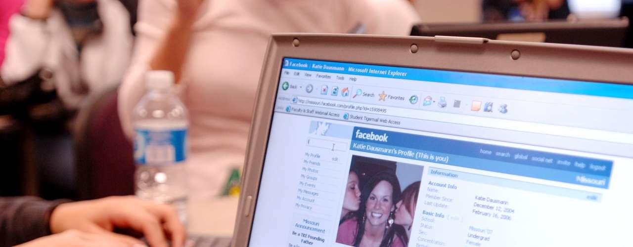 Tener un perfil en Facebook se ha vuelto algo tan común que cualquier persona que no esté entre los 955 millones de usuarios de la mayor red social de la actualidad puede ser considerado \