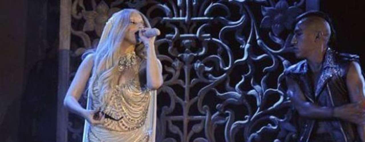 Lady Gaga dejó ver su ropa interior durante un espectáculo que realizó en la India.