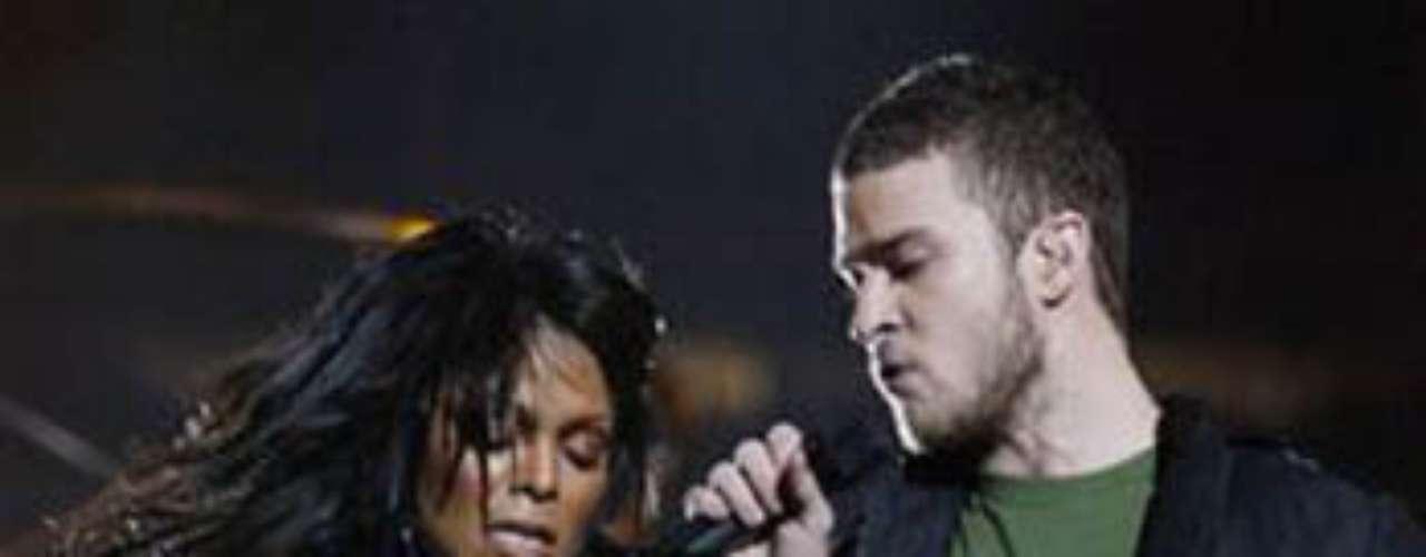 Janet Jackson, cantando con Justin Timberlake en el mediotiempo del Super Bowl XXXVIII en 2004, dejó uno de sus pechos descubiertos.