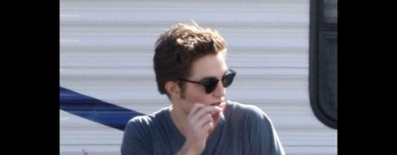 Robert Pattinson. El actor británico fue captado en una ocasión fumando un pequeño cigarro de marihuana.