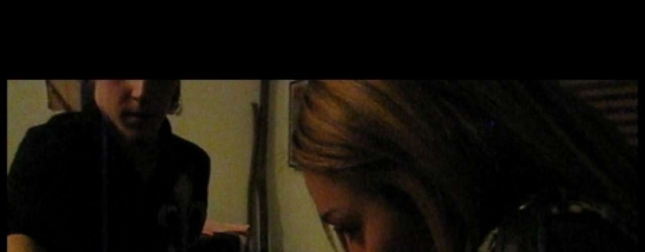 Miley  Cyrus. El portal de entretenimiento TMZ publicó en el 2012 un video en donde Miley se encontraba bastante alegre consumiendo marihuana en compañía de varios amigos.