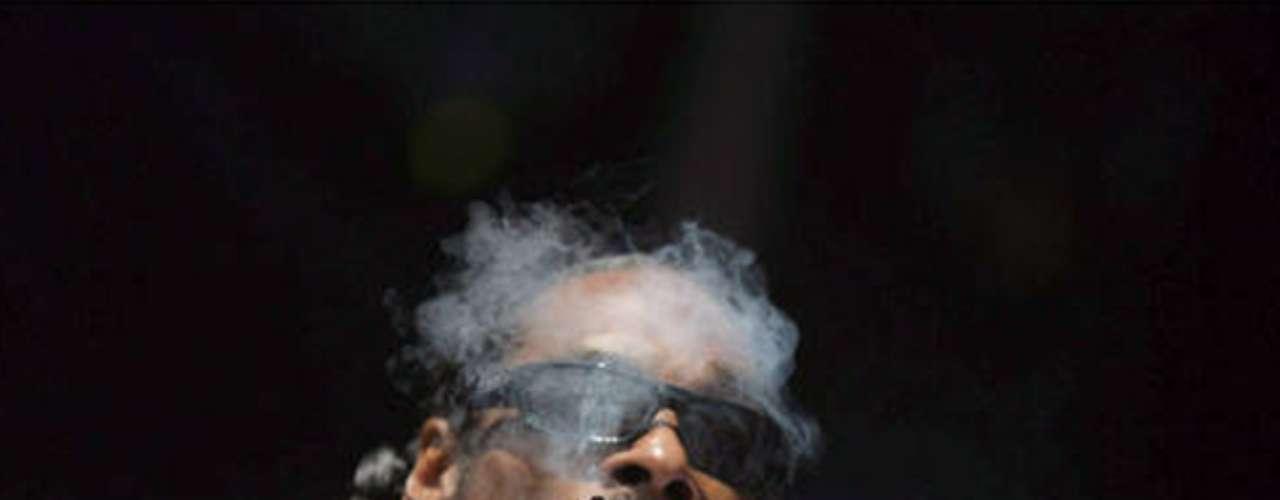 Snoop Dogg. El rapero estadounidense es uno de los principales defensores de la marihuana en la industria del entretenimiento. Snoop ha sido fotografiado en varios de sus conciertos fumando esta sustancia mientras cantaba ante miles de seguidores.