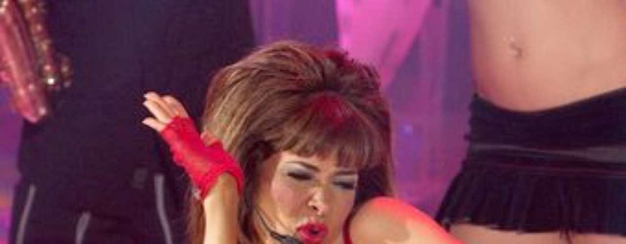 Gloria Trevi se pasó de sensual mientras bailaba, tanto que sus pantys quedaron a la vista de toda la audiencia.