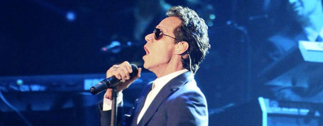 Marc Anthony despertó los bajos instintos en las féminas con unos lentes oscuros, mientras cantaba en Miami.