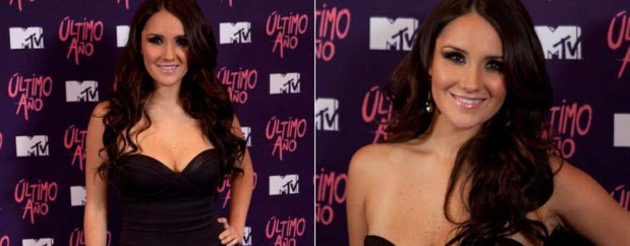 Dulce María luciendo un escote alucinante, posó bien sensual en una sesión fotográfica, realizada en un hotel de la Ciudad de México, para promocionar el single \